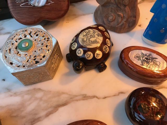 Boîte métal argenté octogonale avec pierre verte 7€ (Ref : D_04) Boîte laque ronde grand modèle 6€ (Ref : D_05) Boîte laque ronde petit modèle 5€ (Ref : D_06)